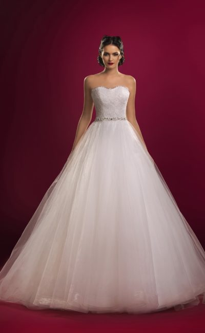 Открытое свадебное платье с кружевным корсетом и многослойной юбкой А-силуэта.