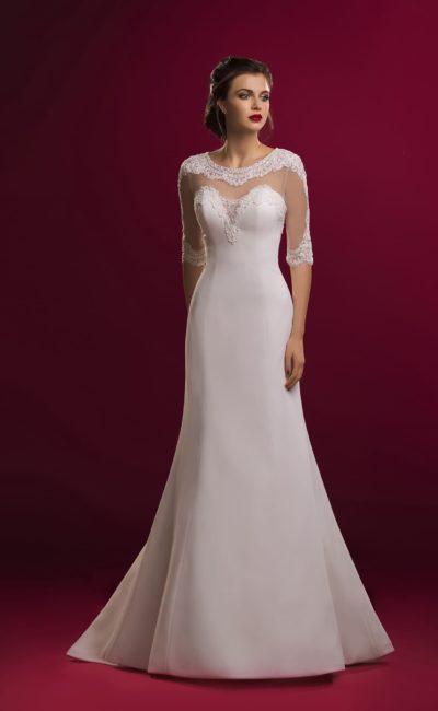 Лаконичное свадебное платье силуэта «рыбка» с полупрозрачным расшитым верхом с рукавом.