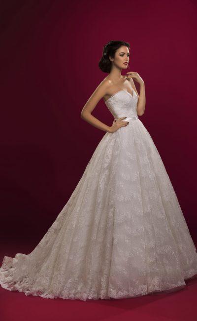 Торжественное свадебное платье пышного силуэта с кружевной юбкой и открытым лифом.