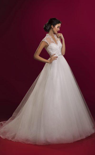 Кружевное свадебное платье А-силуэта с изящным вырезом и атласным поясом на талии.