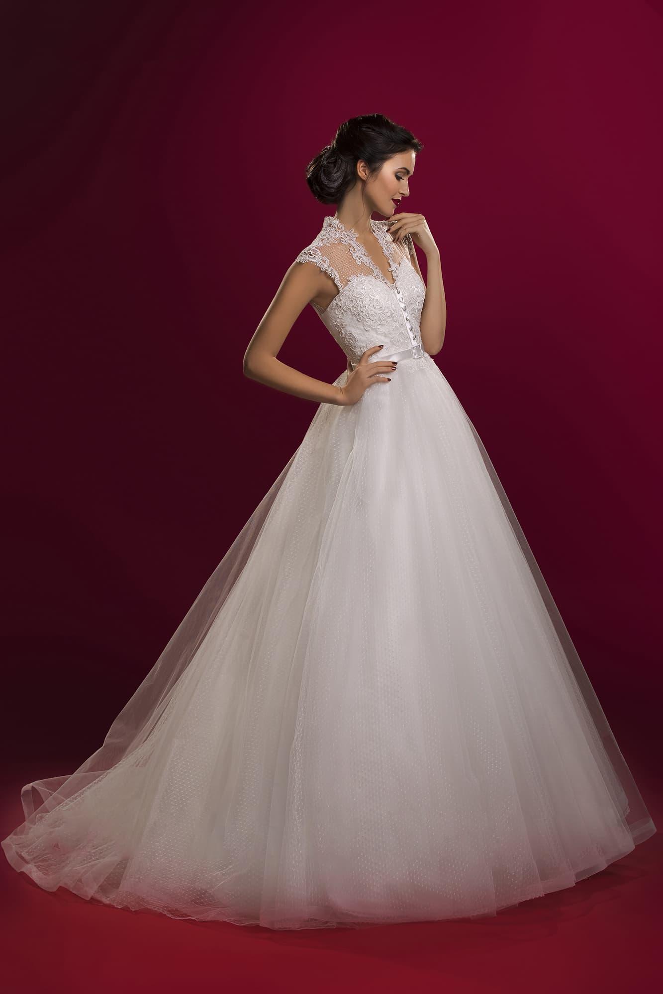 8612290dc5c Кружевное свадебное платье А-силуэта с изящным вырезом и атласным поясом на  талии.