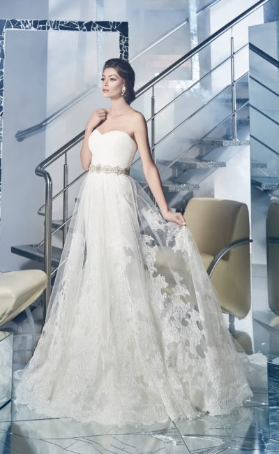 Свадебное платье силуэта «принцесса» с полупрозрачной верхней юбкой и открытым корсетом.