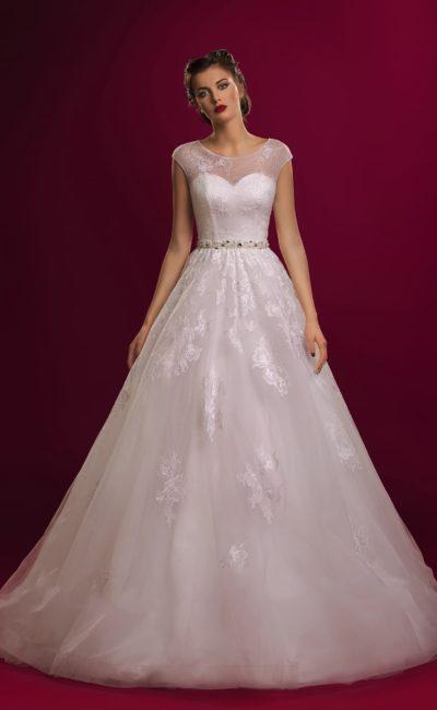 Закрытое свадебное платье с глянцевыми кружевными аппликациями на пышной юбке.