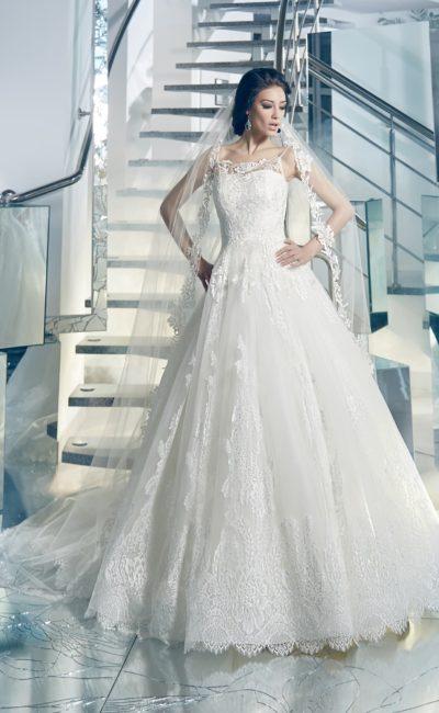 Нежное свадебное платье А-силуэта с узкими бретелями и кружевной отделкой по подолу.