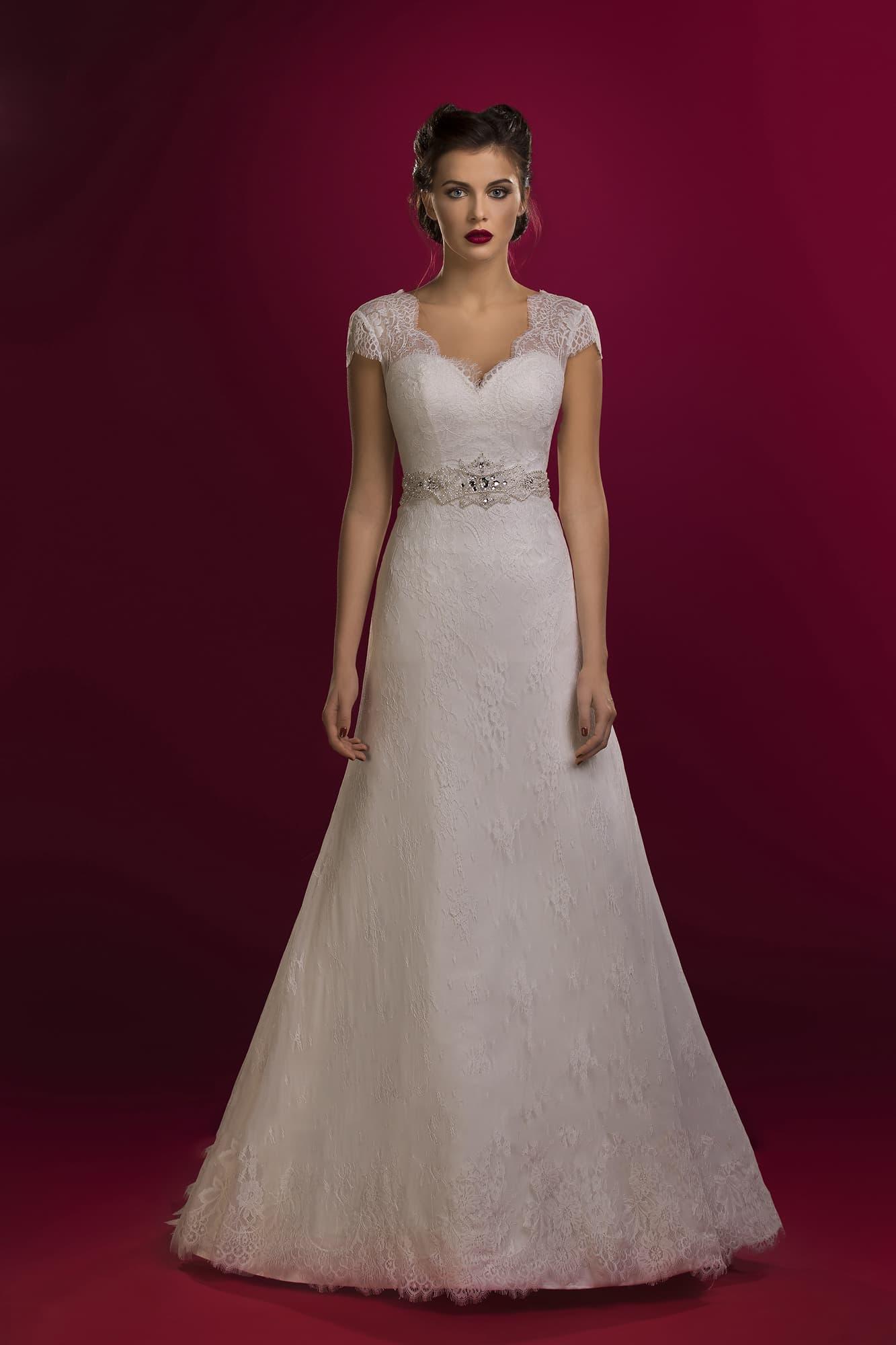 945ee3c3575 Свадебное платье силуэта «принцесса» с открытой спинкой и короткими  кружевными рукавами.