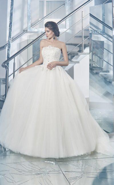 Великолепное свадебное платье с многослойной пышной юбкой и расшитым корсетом.