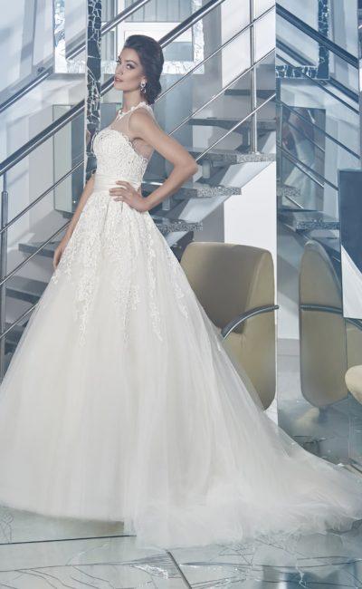 Кружевное свадебное платье с юбкой А-силуэта, дополненной длинным многослойным шлейфом.
