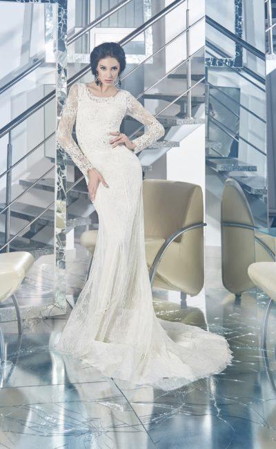 Закрытое свадебное платье с силуэтом «рыбка» и кружевной отделкой юбки со шлейфом.