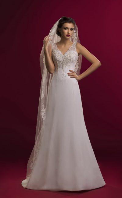 Стильное свадебное платье прямого силуэта с ажурным V-образным вырезом лифа.