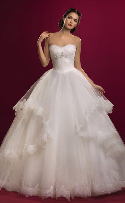 Открытое свадебное платье с потрясающими кружевными оборками по бокам пышной юбки.