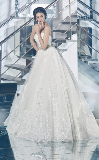 Открытое свадебное платье пышного силуэта с широким поясом, покрытым бисером.