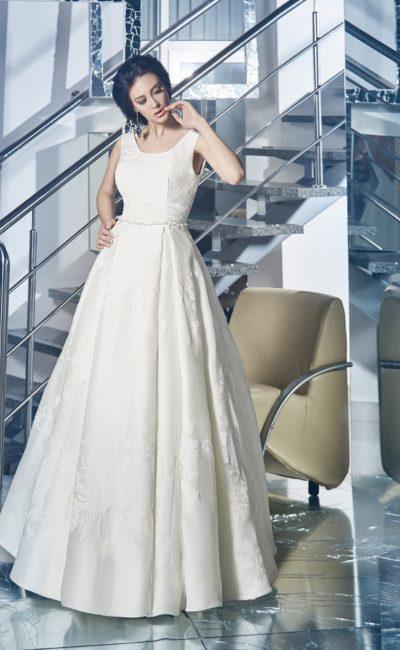 Свадебное платье силуэта «принцесса» с глубоким V-образным вырезом на спинке.