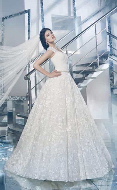 Пышное свадебное платье с глянцевым кружевным узором на юбке и ажурными бретелями.