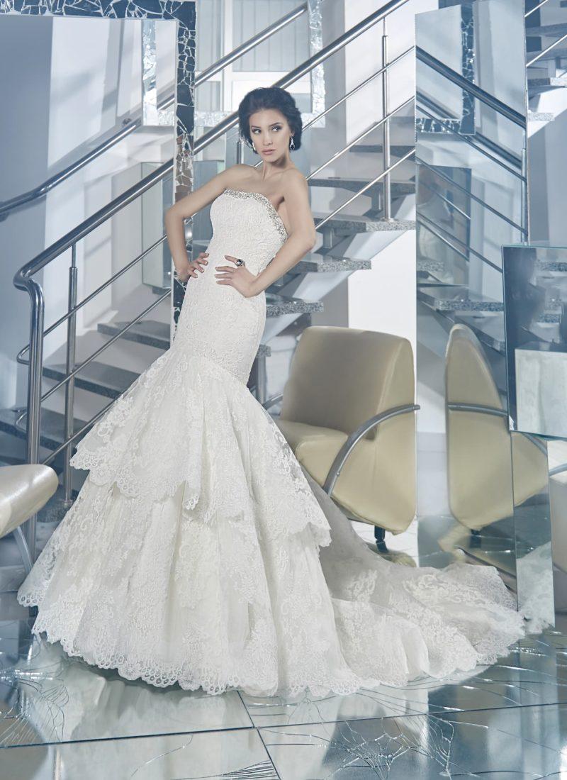 Свадебное платье с многоярусной юбкой силуэта «рыбка» и открытым лифом прямого кроя.