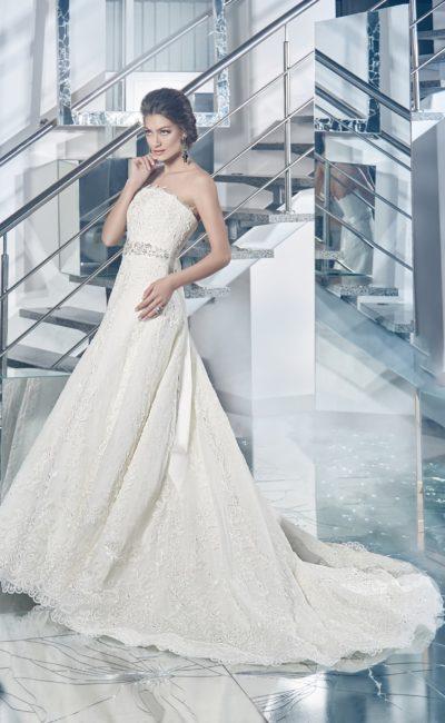 Кружевное свадебное платье с лифом прямого кроя и роскошной юбкой силуэта «принцесса».