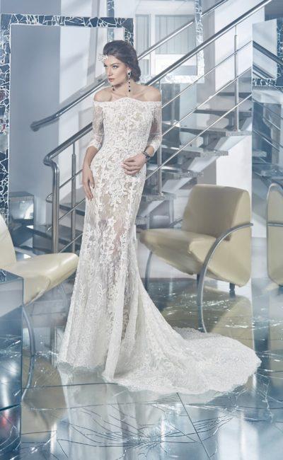 Чувственное свадебное платье силуэта «рыбка» с бежевой подкладкой и отделкой из кружева.