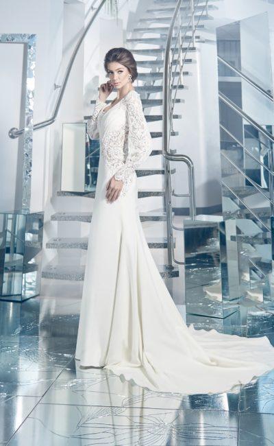 Прямое свадебное платье с длинным шлейфом и широкими кружевными рукавами.