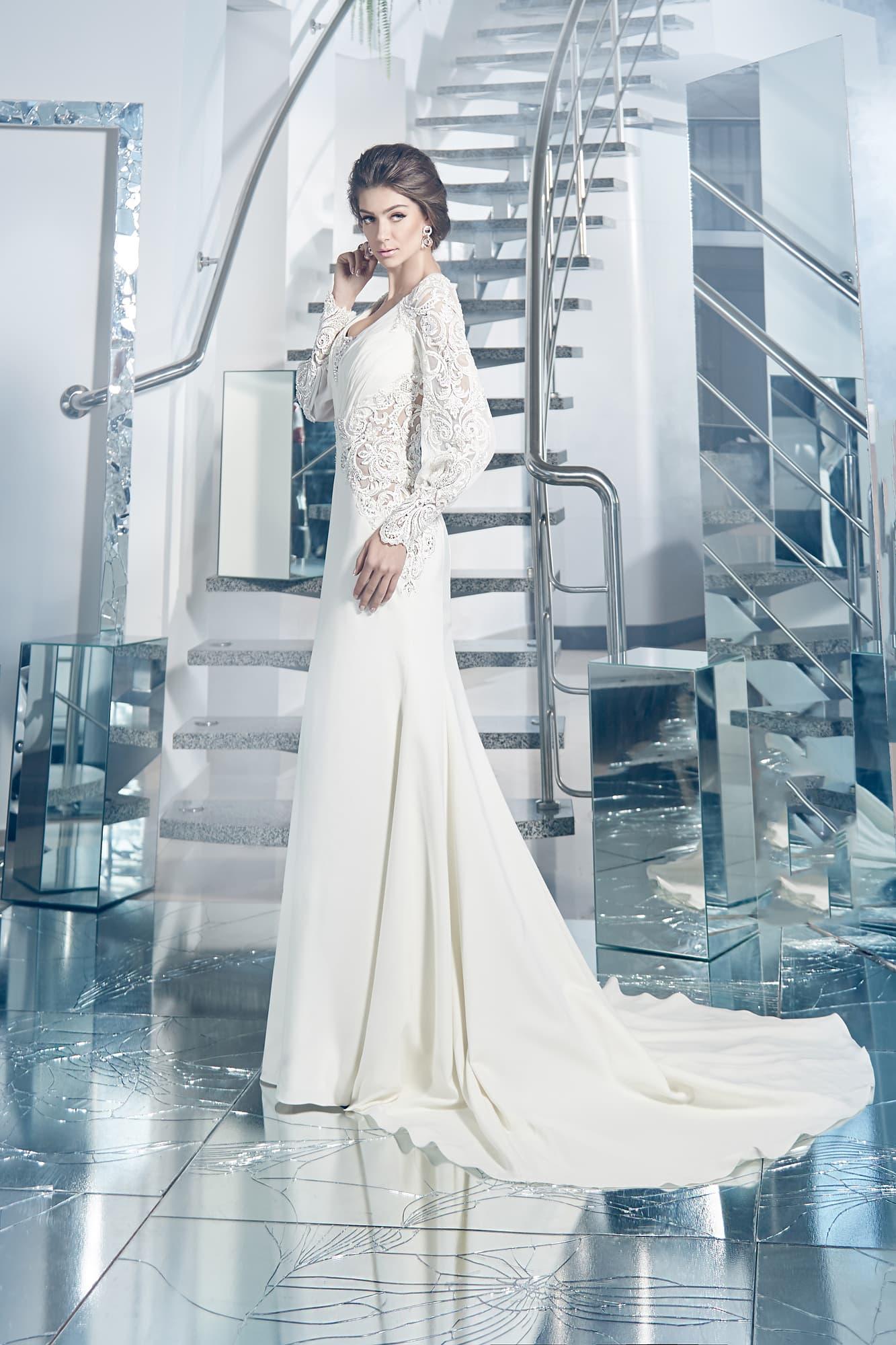 2b1e8e1f32a Прямое свадебное платье с длинным шлейфом и широкими кружевными рукавами.