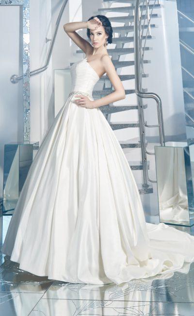 Пышное свадебное платье из плотного глянцевого атласа, с открытым лифом и шлейфом сзади.