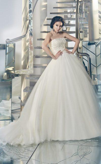 Открытое свадебное платье с пышной многослойной юбкой и покрытым бисерной вышивкой корсетом.