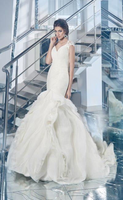 Романтичное свадебное платье с многослойной юбкой силуэта «рыбка» и кружевными бретелями.