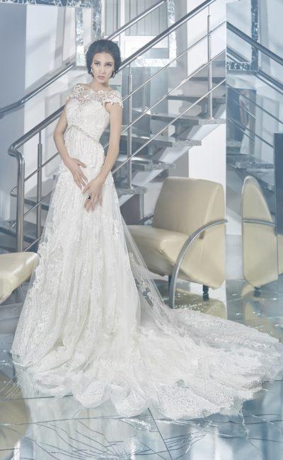 Прямое свадебное платье с великолепным длинным шлейфом и изящным ажурным лифом.