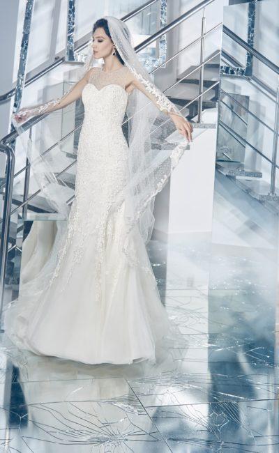 Закрытое свадебное платье силуэта «рыбка» с округлым вырезом на спинке.