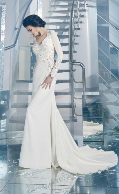 Свадебное платье «рыбка» с длинными облегающими рукавами и невероятно красивым шлейфом.