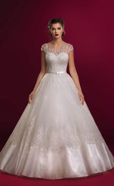Свадебное платье пышного силуэта с атласной отделкой нижней части подола.