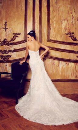 Открытое свадебное платье силуэта «принцесса» с длинным кружевным шлейфом и лифом-сердечком.