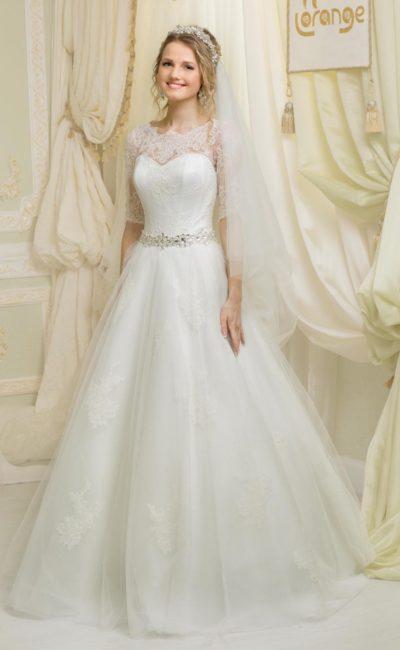 Закрытое свадебное платье с рукавами до локтя и широким поясом, покрытым стразами.