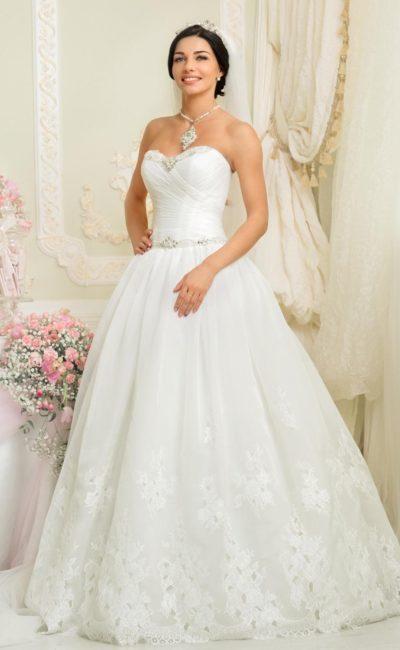 Открытое свадебное платье пышного силуэта с драпировками на корсете и кружевной юбкой.