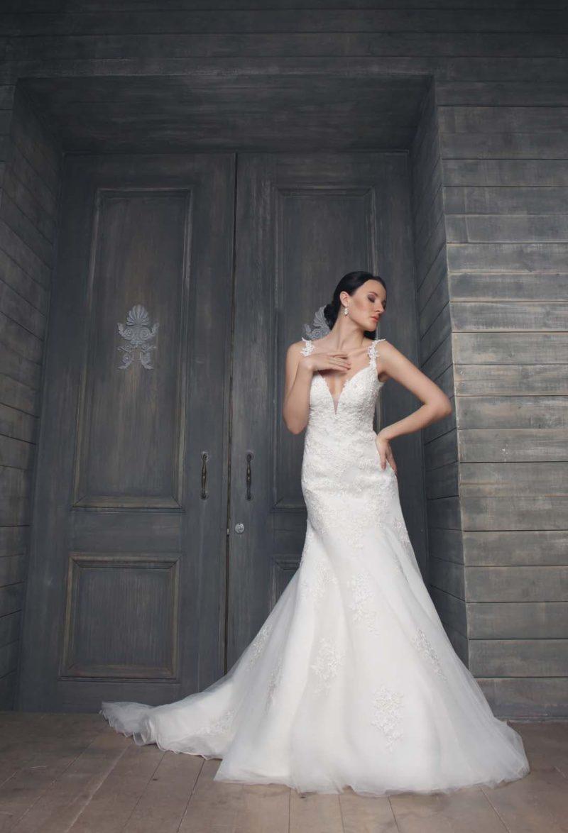 Свадебное платье силуэта «принцесса» с глубоким декольте и кружевными бретелями.
