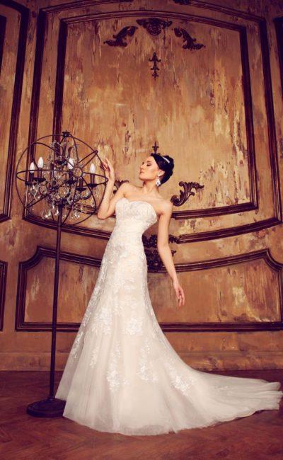 Открытое свадебное платье «принцесса» с кружевной отделкой от лифа до края длинного шлейфа.