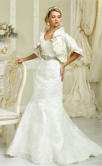 Атласное свадебное платье силуэта «рыбка» с кружевным декором и эксцентричным болеро.