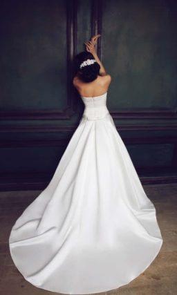 Атласное свадебное платье с открытым прямым лифом и длинным шлейфом.