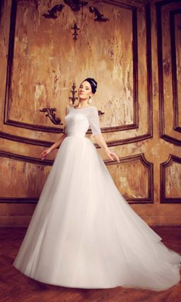 Пышное свадебное платье с рукавами длиной до локтя и изящным округлым вырезом.