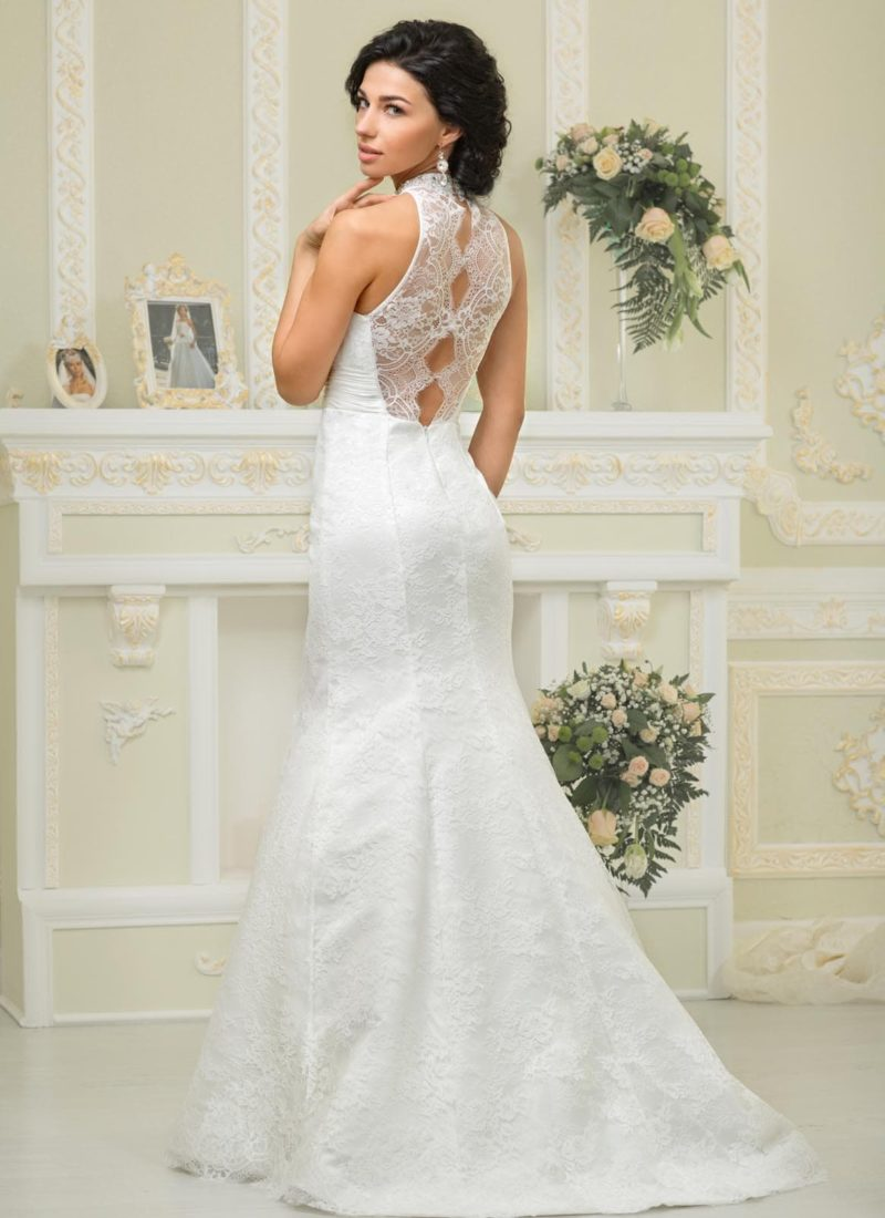 Закрытое свадебное платье облегающего силуэта «рыбка» с ажурным декором сзади.
