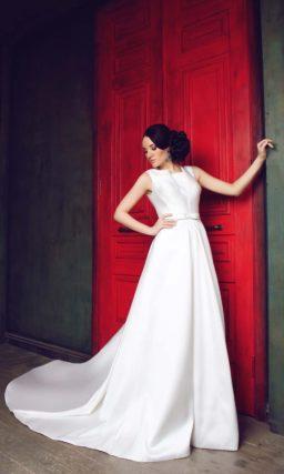 Свадебное платье с силуэтом «принцесса» из атласной ткани, с длинным шлейфом и бантом на талии.