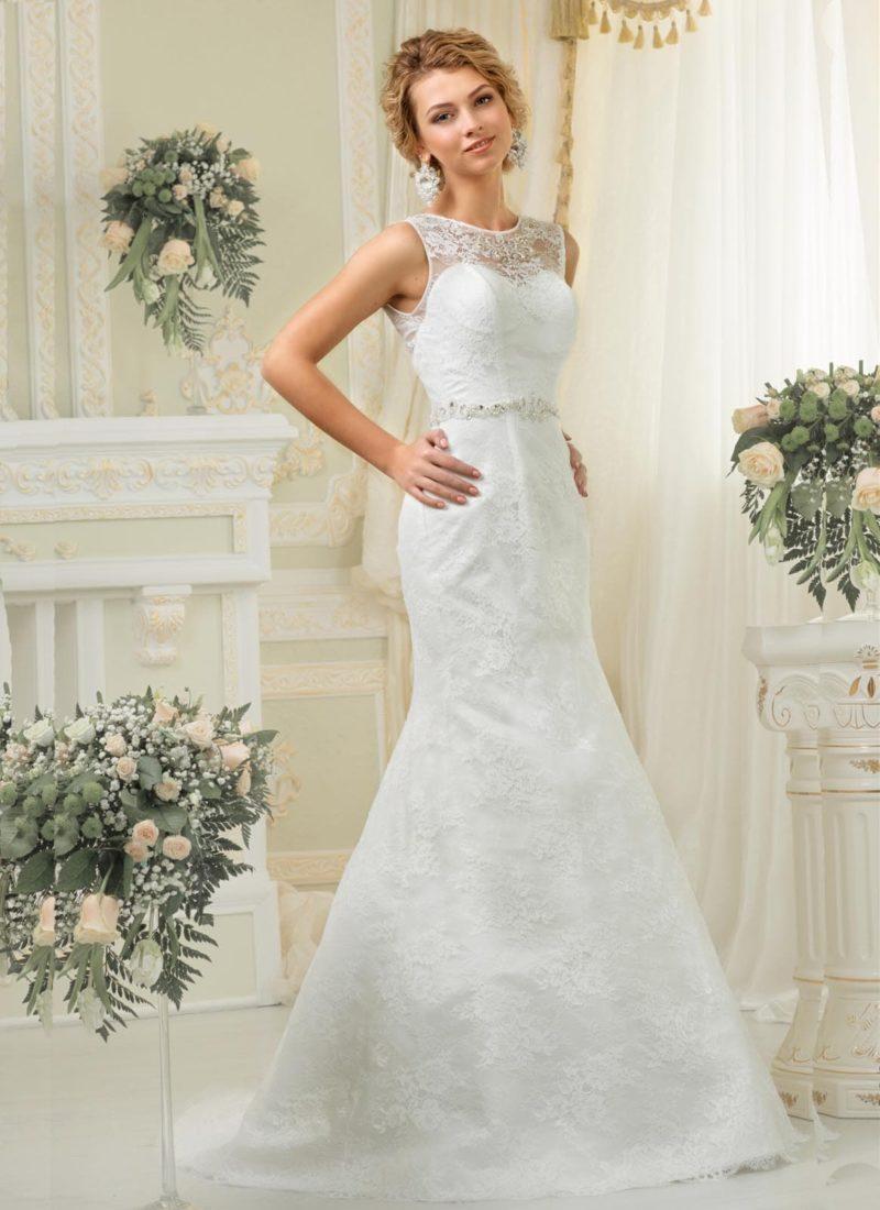 Закрытое свадебное платье «рыбка» с кружевным верхом и фигурным поясом.