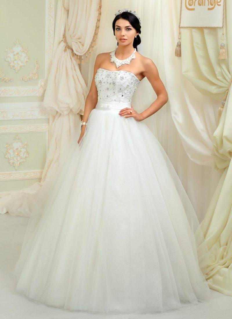 Пышное свадебное платье с открытым корсетом, покрытым вышивкой из серебристого бисера.