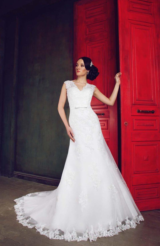 Свадебное платье силуэта «рыбка» с V-образным вырезом и кружевной спинкой.
