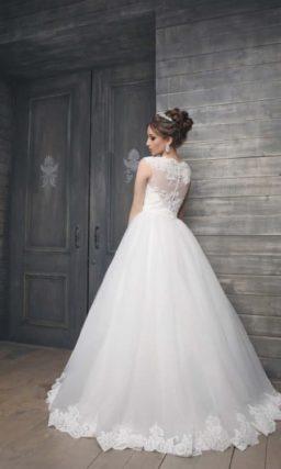 Закрытое свадебное платье силуэта «принцесса» с ажурной спинкой и округлым вырезом.
