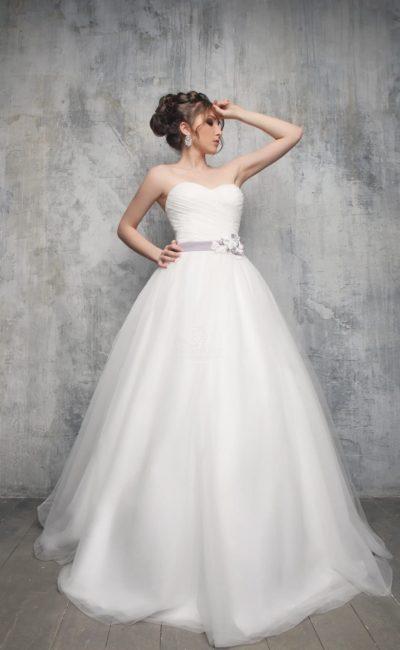 Открытое свадебное платье силуэта «принцесса» с драпировками на корсете и цветным поясом.