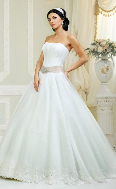 Лаконичное свадебное платье пышного силуэта с широким атласным поясом.
