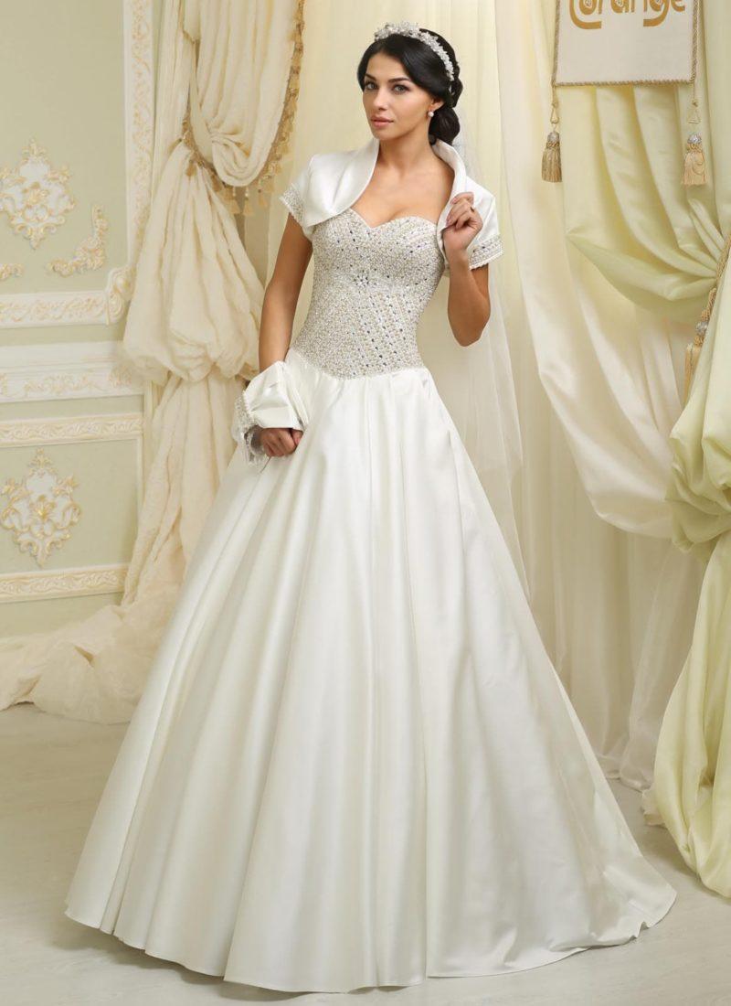 Атласное свадебное платье А-силуэта с бисерной вышивкой на открытом корсете.