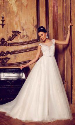 Свадебное платье силуэта «принцесса» с кружевным лифом, оформленным тонкой вставкой.