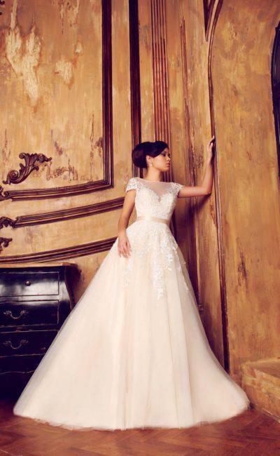 Роскошное свадебное платье силуэта «принцесса» с длинным шлейфом и цветным поясом из атласа.