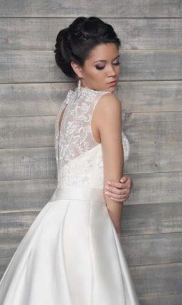 Свадебное платье с атласной юбкой А-силуэта с длинным шлейфом и ажурной отделкой верха.