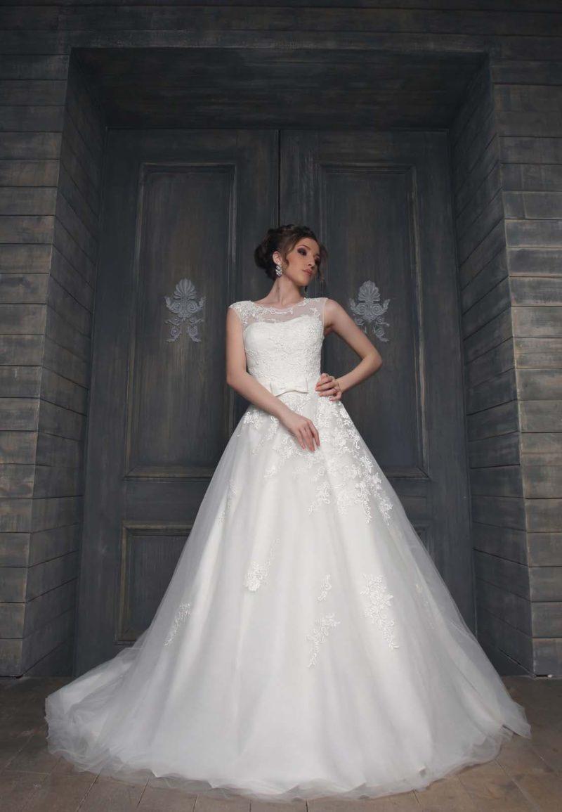 Закрытое свадебное платье силуэта «принцесса» с многослойным шлейфом и вырезом на спинке.